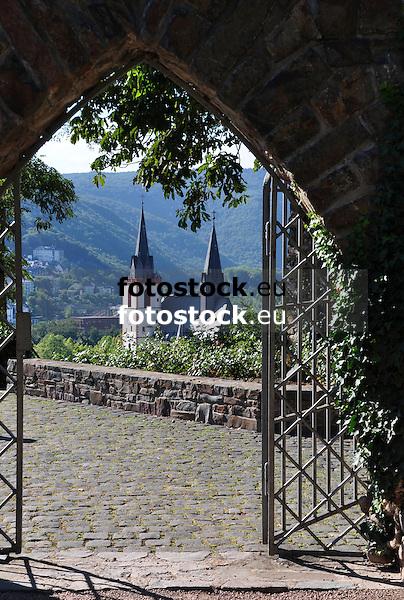 Basilika Sankt Martin in Bingen am Rhein gesehen durch ein Tor auf der Burg Klopp