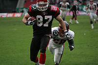 Trent Smith (Tight End Cologne Centurions) setzt sich gegen Matt Farrior (Linebacker Frankfurt Galaxy) durch