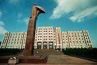 Tiraspol / Transnistria.<br /> Autodichiaratasi repubblica nel 1991 al tempo della dissoluzione dell'URSS, la Transnistria ha una propria capitale, Tiraspol, una valuta, un esercito, mezzi di comunicazione e forze di polizia propri; la situazione è peggiorata quando ha iniziato a tracciare confini immaginari e a proteggerli con guardie (non ufficiali) munite di armi da fuoco.Il suo presidente, Igor Smirnov, ex KGB, fa riferimento a Mosca per ogni cosa ed ha ottimi rapporti con Putin.In sostanza è uno Stato fantasma utile per ogni tipo di traffico illecito.Ospita la 14a Armata Russa ed i confini, molto permeabili, sono monitorati da ispettori della missione EUBAM.Quasi due terzi della popolazione della Transnistria è costituito da anziani impoveriti, che guardano con nostalgia al periodo della dominazione sovietica, quando la qualità della vita era migliore.Nella foto il Palazzo del Parlamento della Transnistria con la imponente statua di Lenin.<br /> Foto Livio Senigalliesi