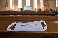 """Mit einer Plakat-Kampagne wollen die evangelische und katholische Kirche im Jahr 2021 ein sichtbares Zeichen gegen Antisemitismus setzen. Sie wendet sich insbesondere an die Gemeinden und kirchlichen Einrichtungen. Kernanliegen der Kampagne ist es, die Gemeinsamkeiten zwischen Juden und Christen in den Festen und im religioesen Leben aufzuzeigen, um gegen den zunehmenden Antisemitismus klar Stellung zu beziehen, der auch christliche Wurzeln hat.<br /> Im Bild: Eine Mund-Nase-Maske mit dem Aufdruck """"#beziehungsweise: juedisch und christlich - naeher als du denkst"""".<br /> 11.11.2020, Berlin<br /> Copyright: Christian-Ditsch.de"""