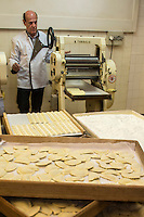 Europe/France/Provence-Alpes-Côte d'Azur/Alpes-Maritimes/Nice:  Fabrication des pâtes à la Maison Quirino - Marc Quirino  prépare les raviolis  [Autorisation : 2013-115]  // Europe, France, Provence-Alpes-Côte d'Azur, Alpes-Maritimes, Nice:  Quirino, This place, representative of traditional Niçois craftsmanship, is classic for Niçois-style raviolis, fresh pastas , Marc Quirino preparing ravioli