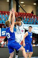 27-02-2021: Basketbal: Donar Groningen v Den Helder Suns: Groningen Donar speler Jarred Ogungbemi-Jackson (r) met Den Helder speler Boyd van der Vuurst de Vries