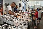 Spanien, Andalusien, Cadiz: Fischmarkt im Mercado Central de Abastos | Spain, Andalusia, Cadiz: Fish market inside the Mercado Central de Abastos