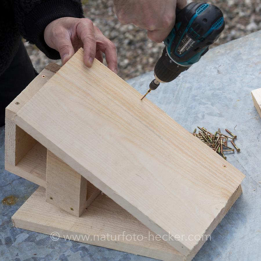 Selbstgebaute Holz-Nistkästen, Nistkasten für Vögel aus Holz, Vogelkasten, Meisenkasten selber bauen, selbst bauen, Basteln, Bastelei. Schritt 6: die beiden Dachteile werden aufgesetzt und mit der Rückwand angeschraubt