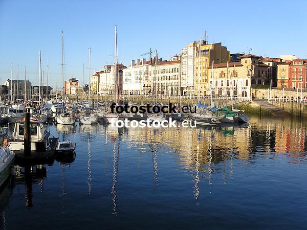 harbour of Gijón<br /> <br /> puerto de Gijón<br /> <br /> Hafen von Gijón<br /> <br /> 2272x1704 px