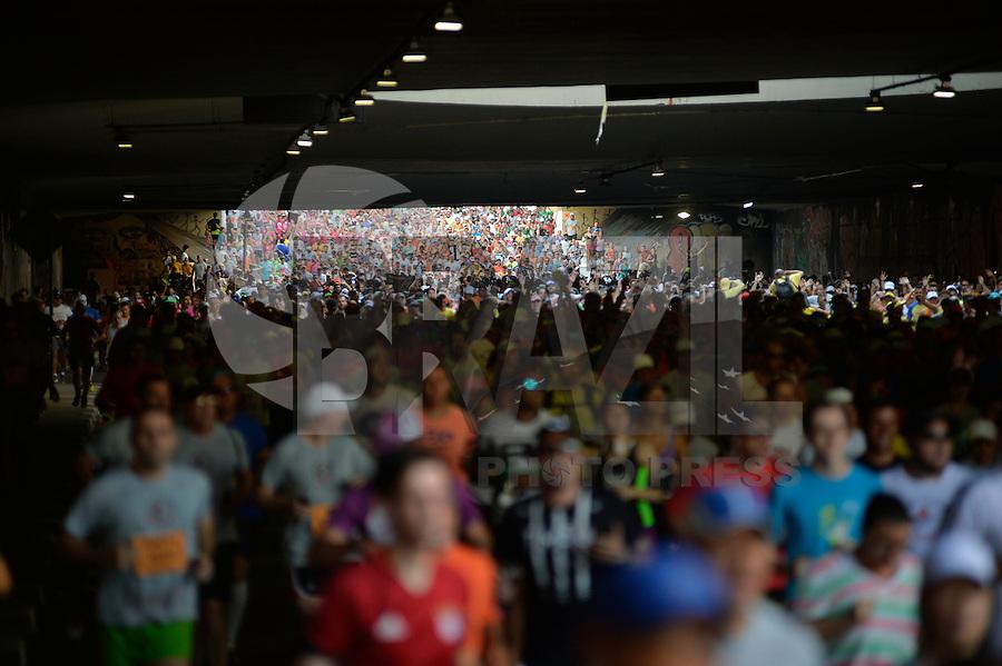 SÃO PAULO, SP, 31.12.2016 – SÃO SILVESTRE - Milhares de corredores passam pela Av. Paulista em São Paulo durante 92ª edição da corrida internacional de São Silvestre, na manhã deste sabado, 31. (Foto: Levi Bianco / Brazil Photo Press)