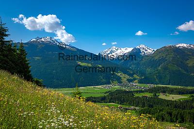 Oesterreich, Salzburger Land, im Pinzgau, oberhalb von Mittersill: Blick ins Salzachtal vor den Hohen Tauern   Austria, Salzburger Land, region Pinzgau, near Mittersill: view into Salzach Valley with High Tauern mountains