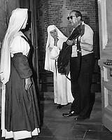 Prod DB © MGM / DR<br /> THE SINGING NUN (THE SINGING NUN) de Henry Koster 1966 USA<br /> avec Agnes Moorehead, Debbie Reynolds et Henry Koster sur le tournage