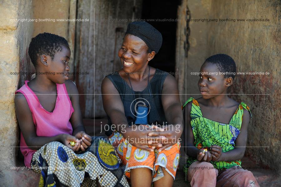 ZAMBIA, copperbelt, town Ndola, township Nkwazig, catholic church supports HIV aids orphans, elder woman with two orphans / SAMBIA Ndola im Copperbelt, township Nkwazig, katholische Kirche betreibt ein Counselling Center fuer Aids Waisen und -kranke, Teresa Mulenga 11 Jahre (rosa) und Fridah Kakoma 11 Jahre (gruen) sind Aids Waisen