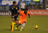 ENVIGADO -COLOMBIA-05-02-2014. Frank Fabra (Der) de Envigado FC disputa el balón con Felix Micolta (Izq) de Uniautónoma durante partido por la fecha 3 de la Liga Postobón I 2014 realizado en el Polideportivo Sur de la ciudad de Envigado./ Frank Fabra (R) of Envigado FC fights for the ball with Felix Micolta (L) of Uniautonoma during match for the 3rd date of the Postobon League I 2014 at Polideportivo Sur in Envigado city.  Photo: VizzorImage/Luis Ríos/STR