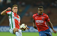 MEDELLIN - COLOMBIA, 12-02-2019: Dairon Mosquera de Independiente Medellín de Colombia disputa el balón con Alejandro Gonzalezde Palestino de Chile, durante partido por la segunda fase, llave 4, de la Copa CONMEBOL Libertadores 2019 jugado en el estadio Atanasio Girardot de la ciudad de Medellín. / Dairon Mosquera of Independiente Medellin of Colombia fights for the ball with Alejandro Gonzalezof Palestino of Chile during the match for the second phase, Key 4, of the Copa CONMEBOL Libertadores 2019 played at Atanasio Girardot stadium in Medellin city. Photo: VizzorImage / Leon Monsalve / Cont