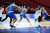 03-04-2021: Basketbal: Donar Groningen v Heroes Den Bosch: Groningen Donar speler Justin Watts sluipt door de Den Bosch defensie met links Den Bosch speler Stefan Wessels.