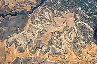 Landschaft der Provinz Soria: SPANIEN, KASTILIEN LEON, SORIA, 27.07.2020: Landschaft der Provinz Soria, abgeerntete Getreidefelder, gepflügte Felder, leichtes Gruen, Felder in der Höhenschicht,