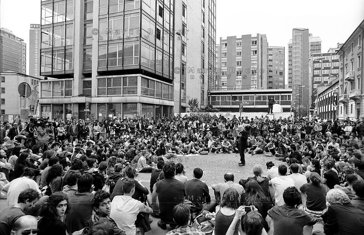 """Milano, un collettivo di """"Lavoratori dell'Arte e dello Spettacolo"""" occupa un edificio inutilizzato, la Torre Galfa, per dare vita a un nuovo centro per le arti e la cultura chiamato MACAO. Dopo 10 giorni avviene lo sgombero e gli attivisti occupano la strada di fronte. Una assemblea con Massimo De Vita, fondatore del Teatro Officina --- Milan, a collective of """"Arts and Entertainment Workers"""" occupy an unused building, the Galfa Tower, in order to create a new centre for arts and culture called MACAO. After 10 days police clears out the building and the activists occupy the street in front for several days long. An assembly with Massimo De Vita, founder of Teatro Officina"""