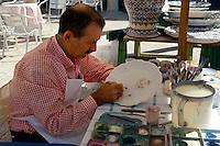 Porzellanmaler auf Folkloremarkt, Bassano di Grappa, Venetien-Friaul, Italien.
