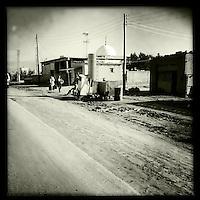 Strassenszene nahe der Ortschaft Tirbespiye, Rojava/Syrien.<br /> Die Menschen destillieren am Strassenrand aus Rohoel selber Petroleum.<br /> 17.12.2014, Tirbespiye/Rojava/Syrien<br /> Copyright: Christian-Ditsch.de<br /> [Inhaltsveraendernde Manipulation des Fotos nur nach ausdruecklicher Genehmigung des Fotografen. Vereinbarungen ueber Abtretung von Persoenlichkeitsrechten/Model Release der abgebildeten Person/Personen liegen nicht vor. NO MODEL RELEASE! Nur fuer Redaktionelle Zwecke. Don't publish without copyright Christian-Ditsch.de, Veroeffentlichung nur mit Fotografennennung, sowie gegen Honorar, MwSt. und Beleg. Konto: I N G - D i B a, IBAN DE58500105175400192269, BIC INGDDEFFXXX, Kontakt: post@christian-ditsch.de<br /> Bei der Bearbeitung der Dateiinformationen darf die Urheberkennzeichnung in den EXIF- und  IPTC-Daten nicht entfernt werden, diese sind in digitalen Medien nach §95c UrhG rechtlich geschuetzt. Der Urhebervermerk wird gemaess §13 UrhG verlangt.]