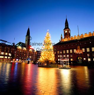 Denmark, Zealand, Copenhagen: Radhuspladsen Square at Christmas | Daenemark, Insel Seeland, Kopenhagen: Radhuspladsen - der Rathausplatz zur Vorweihnachtszeit