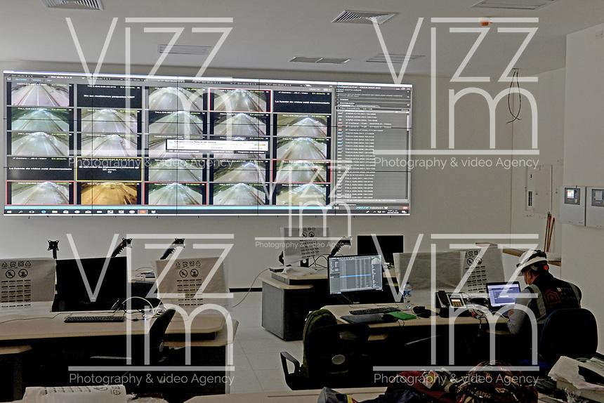 """LA LINEA - COLOMBIA, 29-08-2020: Centro de control del complejo de túneles. El túnel principal """"La Línea"""" tiene una longitud de  8,65 km y hace parte de El Túnel de La Línea el proyecto de infraestructura vial más importnate de Colombia que está es fase final de construcción conectará de manera eficiente los departamentos colombianos de Quindío y Tolima. El plan además consta de 24 puentes y 20 túneles de diferentes longitudes. / Tunnel complex control center. The main tunnel """"La Línea"""" has a length of 8.65 km and is part of El Túnel de La Línea, the most important road infrastructure project in Colombia, which is in the final phase of construction and will efficiently connect the Colombian departments of Quindío and Tolima. The plan also consists of 24 bridges and 20 tunnels of different lengths. Photo: VizzorImage / Gabriel Aponte / Staff"""