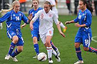 UEFA Women's Under 17 Championship - Second Qualifying round - group 1 : England - Iceland : .Lucy Whipp aan de bal voor Gudrun Arnardottir (links) en Rakel Einarsdottir.foto DAVID CATRY / Vrouwenteam.be