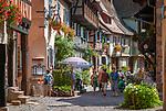 France, Alsace, Haut-Rhin, Éguisheim: Rue du Rempart, tourist attraction   Frankreich, Elsass, Haut-Rhin, Éguisheim: Rue du Rempart, Touristenattraktion