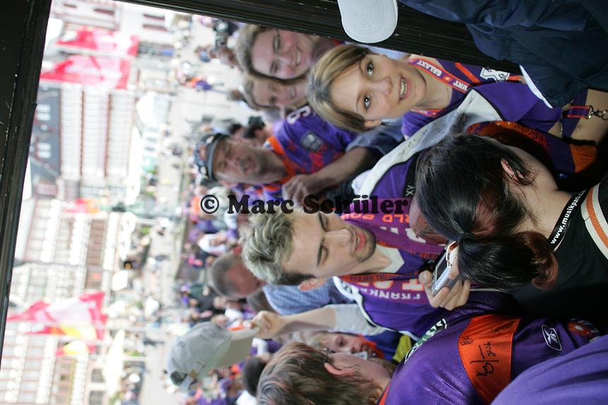 Defensive Tackle Daniel Benetka und Fullback Martin Latka (beide Frankfurt Galaxy) geben nach dem Empfang am Eingang des Roemer Autogramme