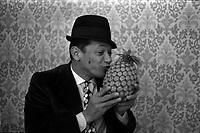 """17 mars 1970.  De passage à Toulouse,Henri Salvador présente son film en grande première avant Paris, """"et que çà saute!"""". L'ananas qu'il tient entre ses mains, représente sur l'affiche du film, une bombe."""