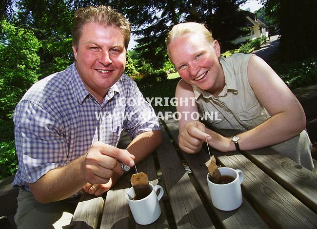 Wageningen , 190600  Foto : Koos Groenewold / APA<br /> Klaske van Norren en Peter Verbegen met thee .