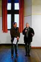 Remise des prix, en présence du Maire de la ville, Jean-Jacques de Peretti a droite, par Alain Pouquet, president du Syndicat professionnel de la noix et du cerneau de Noix du Périgord, a gauche