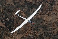 4415 / Discus2: AMERIKA, VEREINIGTE STAATEN VON AMERIKA,NEW MEXICO,  (AMERICA, UNITED STATES OF AMERICA), 10.09.2006: Bill Hill in seinem Discus 2 , einem Segelflugzeug der Firma Schempp Hirth ueber der Wueste von New Mexico suedlich des Flugplatz Moriarty