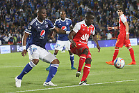 BOGOTÁ - COLOMBIA, 11-11-2018:Janeiler Rivas (Izq.) jugador de Millonarios disputa el balón con Carmelo Valencia (Der.) jugador del Independiente Santa Fe durante partido por la fecha 19 de la Liga Águila II 2018 jugado en el estadio Nemesio Camacho El Campín de la ciudad de Bogotá. /Janeiler Rivas  (L) player of Millonarios  fights for the ball with Carmelo Valencia (R) player of Independiente Santa Fe during the match for the date 19 of the Liga Aguila II 2018 played at the Nemesio Camacho El Campin Stadium in Bogota city. Photo: VizzorImage / Felipe Caicedo / Staff.