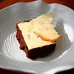 Biscuit Glace, almendra caramelizada y chocolate caliente