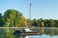 France, Indre-et-Loire (37), Val de Loire classé Patrimoine mondial de l'UNESCO, Bréhémont, bateau traditionnel sur la Loire // France, Indre et Loire, Val de Loire listed as World Heritage by UNESCO, Brehemont, traditional boat on the Loire