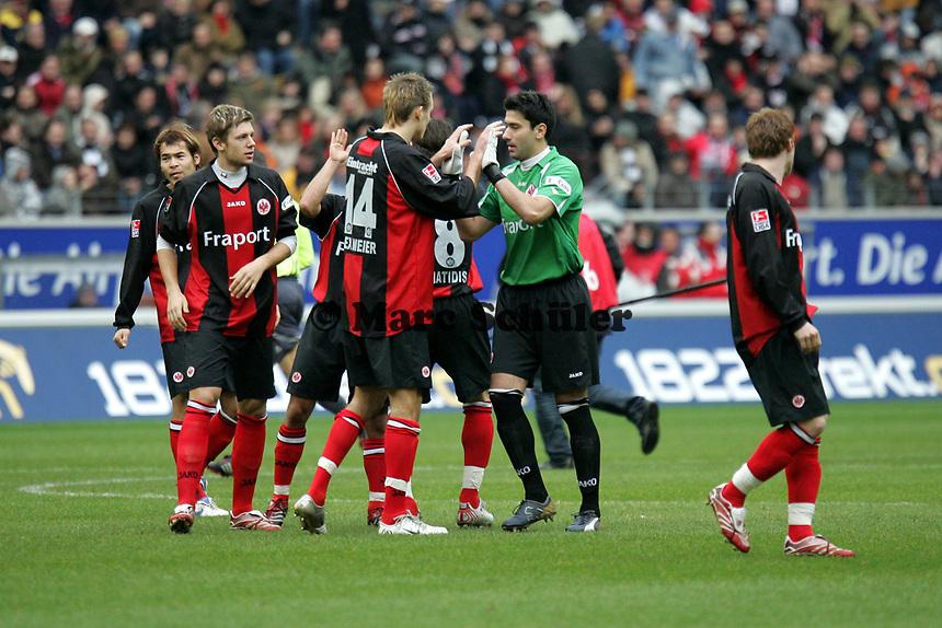 Das Team von Eintracht Frankfurt schwˆrt sich ein - Oka Nikolov klatscht mit Alex Meier ab
