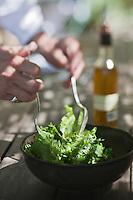 Europe/France/Provence-Alpes-Côte d'Azur/13/Bouches-du-Rhône/Env d'Arles/Le Sambuc: Préparation de la salade , huile d'olive bio, Restaurant Bio: La Chassagnette