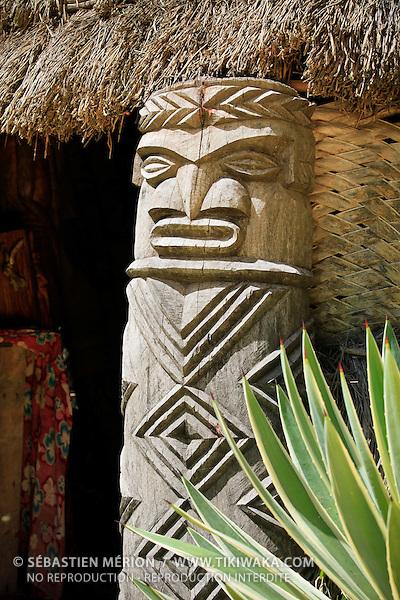 Chambranle (sculpture kanak à l'entrée des cases), Ile des Pins, Nouvelle-Calédonie