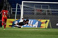CALI - COLOMBIA – 22 - 09 - 2017: German Kaffa, portero de  de Cortulua, no logra detener el disparo de Darwin Lopez (Fuera de Cuadro), jugador de Jaguares F.C., durante partido entre Cortulua y Jaguares F.C., por la fecha 13 de la Liga Aguila II 2017 jugado en el estadio Pascual Guerrero de la ciudad de Cali. / German Kaffa, goalkeeper of Cortulua fails to stop the shoot of Darwin Lopez (Out of Frame), player of Jaguares F.C., during a match Cortulua and Jaguares F.C., for the date 13th of the Liga Aguila II 2017 played at the Pascual Guerrero stadium in Cali city. Photo: VizzorImage / Luis Ramirez / Staff.