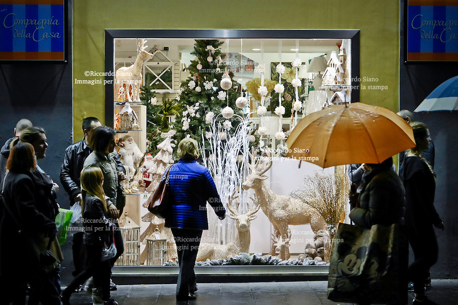 - NAPOLI 1 DIC 2014 -   shopping natalizio