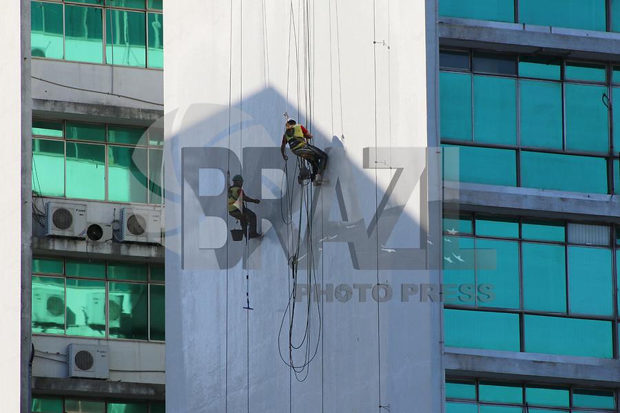 VITÓRIA, ES, 11.05.2019 - IMAGEM DO DIA-ES - Operários trabalham na lavagem de fachada de prédio, no Centro de Vitória - ES, nesta sábado, 11. ( Foto Charles Sholl/Brazil Photo Press/Folhapress)