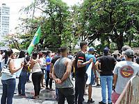 Recife (PE), 24/03/2021 - Protesto-Recife - Protesto de comerciantes, trabalhadores da construção civil, donos de bares e restaurantes, garçons e donos de ótica fazem protestos na frente do Palacio do Governo de Pernambuco, eles pedem auxilio e a abertura de alguns serviços não essenciais.
