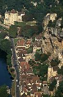 Europe/France/Aquitaine/24/Dordogne/La Roque Gageac: Vue aérienne des maisons et du fleuve