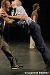 Au théâtre des Abbesses..Mise en scène et chorégraphie : Hans Van Den Broeck..Musique : Nic Roseeuw..Son : Eric Faes..Costumes : Dorine Demuynck..Décor : Kris Van Oudenhove..Lumières : Raphaël Noël..Costumes : Lies Van Assche..Avec : Carole Bonneau, Palle Dyrval, Harold Henning, Gustavo Miranda, Maria Ohman, Hans Van den Broeck