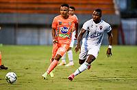 ENVIGADO - COLOMBIA, 31–03-2021: Ivan Rojas de Envigado F. C. y Jose Leudo de Patriotas Boyaca F. C. disputan el balon durante partido entre Envigado F. C. y Patriotas Boyaca F. C. de la fecha 16 por la Liga BetPlay DIMAYOR I 2021, en el estadio Polideportivo Sur de la ciudad de Envigado. / Ivan Rojas of Envigado F. C. and Jose Leudo of Patriotas Boyaca F. C. fight for the ball during a match between Envigado F. C. and Patriotas Boyaca F. C. of 16th date for the BetPlay DIMAYOR I 2021 League at the Polideportivo Sur stadium in Envigado city. Photo: VizzorImage / Luis Benavides / Cont.