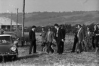 Campagne proche d'Ondes (Haute-Garonne). 17 octobre 1972.  Reconstitution judiciaire dans l'affaire du double crime d'Ondes. Observation: Dans la nuit du 29 au 30 août 1972, un couple de touristes anglais autostoppeurs, est assassiné à Ondes (José Clive Latter 23 ans et Joy Joffe 20 ans). Un mois après, les auteurs du crime sont interpelés : ils s'agit de Marcellin Horneich et son neveu Joseph Keller. Ils avouent leur crime le 4 octobre 1972. Après 4 ans d'instruction, ils sont condamnés à mort le 25 juin 1976 par la Cour d'Assises de la Haute-Garonne. Le 8 janvier 1977, ils sont tous les deux graciés par le Président Valéry Giscard d'Estaing.