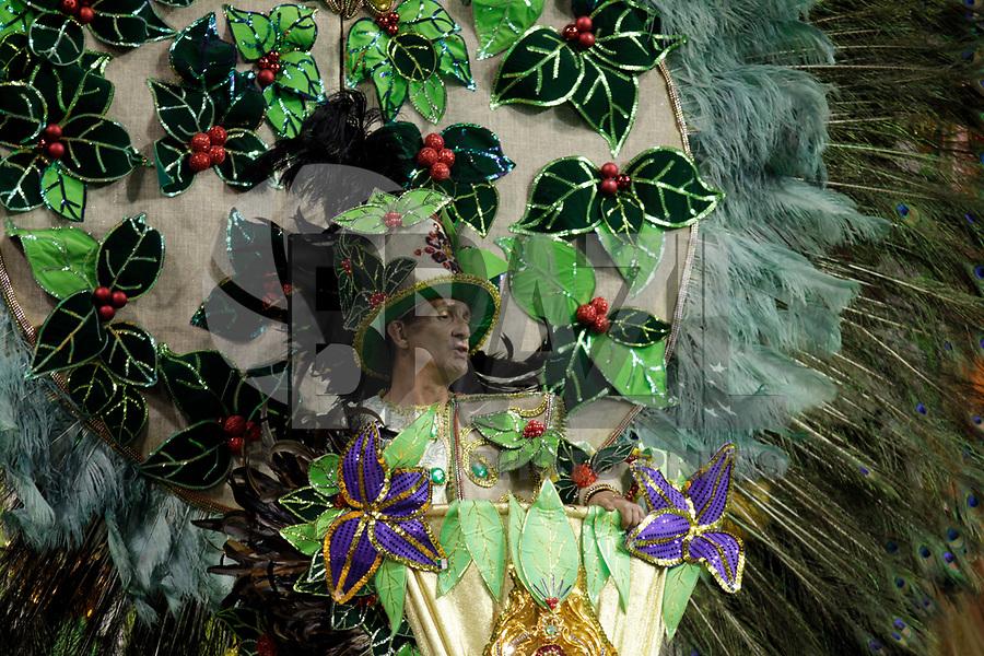 SÃO PAULO, SP, 07 DE MARÇO DE 2011 - CARNAVAL 2011 /CAMISA VERDE E BRANCO - integrantes da Camisa verde e Branco  durante desfile da escola no Grupo de acesso de São Paulo, no Sambódromo do Anhembi, zona norte da capital paulista, na madrugada desta segunda. (07). (FOTO:ALE VIANNA / NEWS FREE)