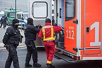 """Ein 52jaehriger Mann aus Nordrhein-Westfalen fuhr am Mittwoch den 25. November 2020 mit seinem Auto gegen das Tor vor dem Bundeskanzleramt. Auf sein Fahrzeug hatte er die Parolen """"Stop der Globalisierungspolitik"""" und """"Ihr verdammten Kinder und alte Menschen-Moerder"""" geschrieben. In seinem Fahrzeug lag der Ausdruck eines Artikels aus der FPOe-nahen Zeitung """"Wochenblick"""" in dem es um die ungeklaerte Todesursache einer 13jaehrigen Maskentraegerin geht.<br /> Der Mann wurde von der Polizei festgenommen und nach einer medizinischen Untersuchung vor Ort von Rettungssanitaetern weggefahren.<br /> Ob es sich um einen politisch motivierten Anschlag handelt wird von der Polizei ermittelt.<br /> Im Bild: Polizei und Rettungssanitaeter bringen den Rollstuhl des Autofahrers in den Krankenwagen.<br /> 25.11.2020, Berlin<br /> Copyright: Christian-Ditsch.de"""