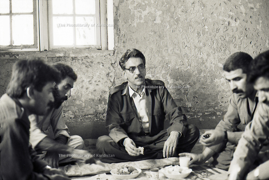 Irak 1991 Sami Abdul Rahman, fondateur du parti Populaire Démocratique du Kurdistan ( PPDK )dejeunant avec ses supporters  Iraq 1991  Sami Abdul  Rahman, founder of the Kurdish Democratic Popular Party ( KDPP)having lunch with his staff