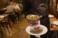 Europe/France/Rhône-Alpes/69/Rhône/Lyon:  Bouchon: Chez Abel, 25, rue Guynemer (2e) Service de la salade Lyonnaise et du saucisson lyonnais accompagné de lentilles, grands classiques de la cuisine lyonnais des mères