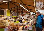 Frankreich, Bourgogne-Franche-Comté, Département Jura, Dole: Verkaufsstand mit Spezialitaeten aus der Region in der Markthalle | France, Bourgogne-Franche-Comté, Département Jura, Dole: food stall offering local specialities in market hall