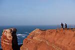 Europa, DEU, Deutschland, Schleswig-Holstein, Nordsee, Deutsche Bucht, Helgoland, Kuestenlandschaft, Klippen, Felsen, Touristen, Kategorien und Themen, Tourismus, Touristik, Touristisch, Urlaub, Reisen, Reisen, Ferien, Urlaubsreise, Freizeit, Natur, Naturfoto, Naturfotos, Naturfotografie, Naturphoto, Naturphotographie<br /> <br /> [Fuer die Nutzung gelten die jeweils gueltigen Allgemeinen Liefer-und Geschaeftsbedingungen. Nutzung nur gegen Verwendungsmeldung und Nachweis. Download der AGB unter http://www.image-box.com oder werden auf Anfrage zugesendet. Freigabe ist vorher erforderlich. Jede Nutzung des Fotos ist honorarpflichtig gemaess derzeit gueltiger MFM Liste - Kontakt, Uwe Schmid-Fotografie, Duisburg, Tel. (+49).2065.677997, archiv@image-box.com, www.image-box.com]