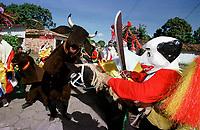Boi e Pierrots do grupo boi Faceiro brincam pelas ruas da cidade. A festa que parece mistura de boi bumbá e cordão de pássaros é conhecida como Boi de Máscaras. São Caetano de Odivelas - Pará- Brasil<br />24 a 27/06/2000.<br />©Foto: Paulo Santos/ Interfoto<br />Negativo Cor 135 Nº7534 T5 F20a